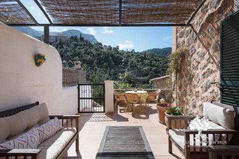 A sunny retreat in Deia village
