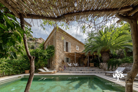 Character and charm in Deia with pool and rental license